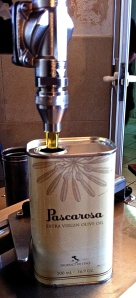 This clever dosing machine measure 500 ml of extra virgin olive oil right from the fustino into the tin.