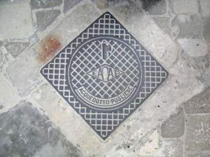 One of Lecce's manhole covers identifies the Pugliese Aqueduct with the Fascist symbol of sticks and an ax.